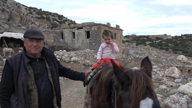 37 yıl önce terk edilen köyde bir tek onlar kaldı