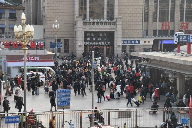Milyonlar tren istasyonlarına akın etti! 'Dünyanın en büyük göçü' başladı