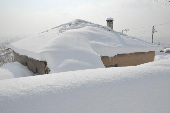 Evler ve arabalar kara gömüldü