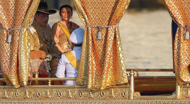 Tayland kralı, haremi ile lüks otelde karantinada