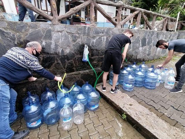 Bursa'da sokağa çıkma kısıtlaması öncesi kilometrelerce su kuyruğu