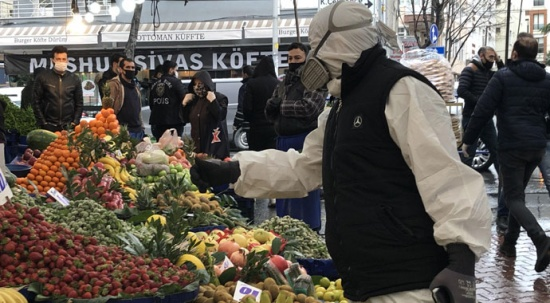 Özel tulumu ve maskesiyle pazara geldi, hem şaşırttı hem gülümsetti!