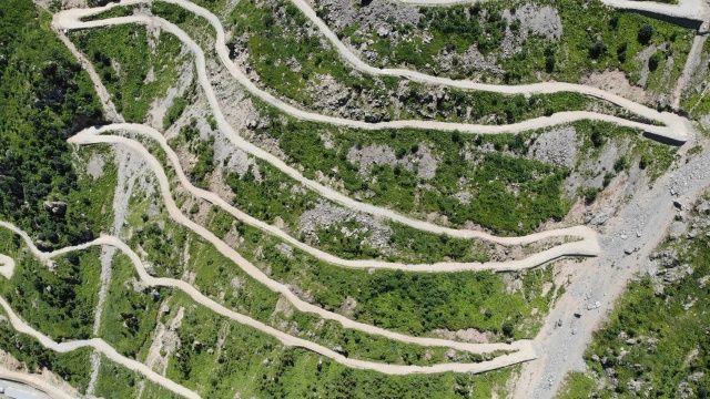Dünyanın en tehlikeli yolları arasında gösterilen Derebaşı Virajları'nın yolu ulaşıma açılmayı bekliyor