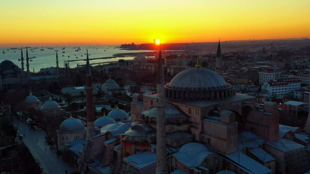 İlk namaza hazırlanan Ayasofya'da gün batımı