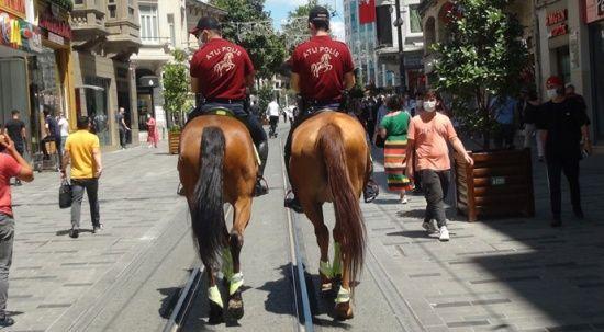 İstiklal Caddesi'nde Atlı Polisler devriye gezdi, vatandaşlar yoğun ilgi gösterdi