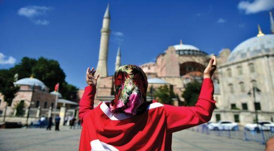 Karar sonrası vatandaşlar Ayasofya'da dua edip bayrak açtı
