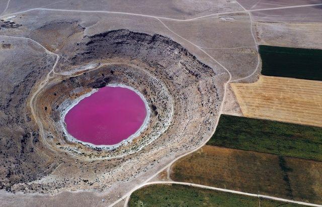 Konya'daki Meyil Obruk Gölü'nün rengi pembeye döndü