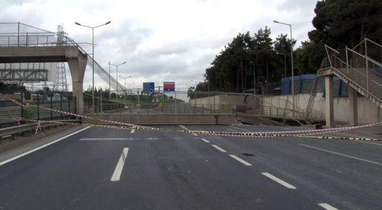 İstanbul'da faciadan dönüldü! Üst geçit böyle çöktü