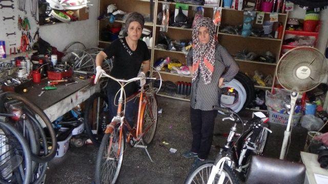 Bisiklet tamircisi kız kardeşler, erkek meslektaşlarına taş çıkartıyorlar