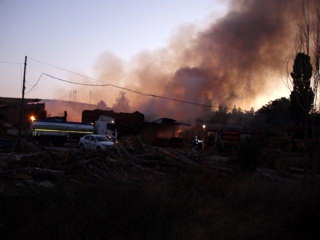 Yozgat'ta kereste fabrikası yanarak kül oldu