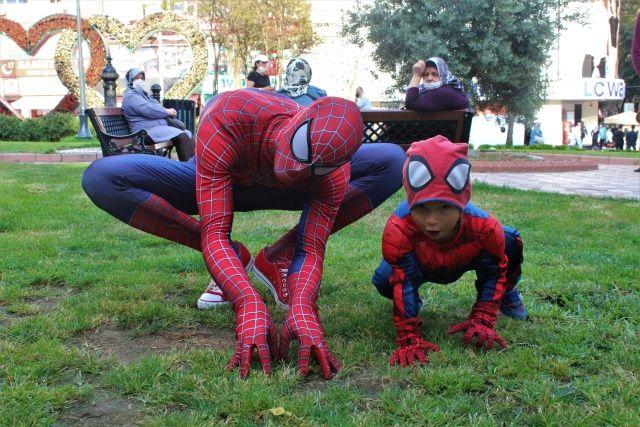 Sokakta karşılarında Örümcek Adam'ı görenlerin ağızları açık kaldı