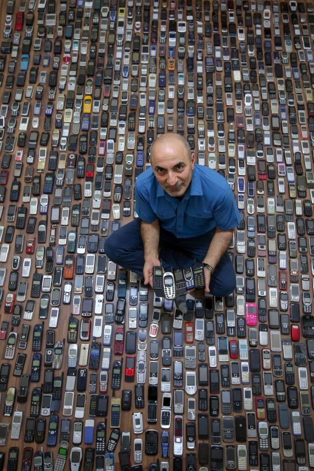 Vanlı tamirci 20 yılda biriktirdiği bin cep telefonuna gözü gibi bakıyor