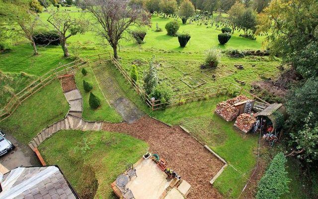 Mezarlık girişindeki ev 350.000 sterline satışa çıkarıldı