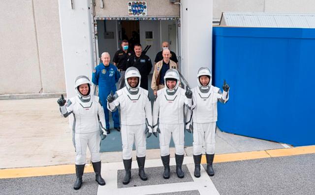 Manken astronotlar uzay yolculuğu öncesinde fütüristik kıyafetlerini sergilediler