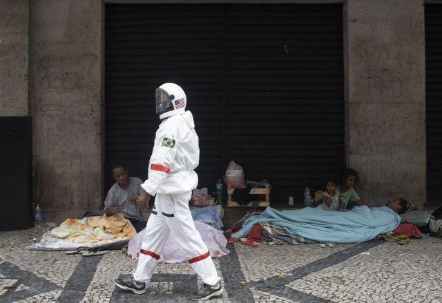 Astronot kıyafetiyle virüsten korunmaya çalışıyor