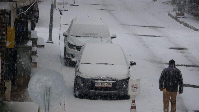 Kar kalınlığı yer yer 10 santimetreyi buldu! Bazı şehirler beyaza büründü