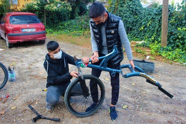 Hurda parçalarla araba lastikli bisiklet yapan 2 arkadaş paraya para demiyor