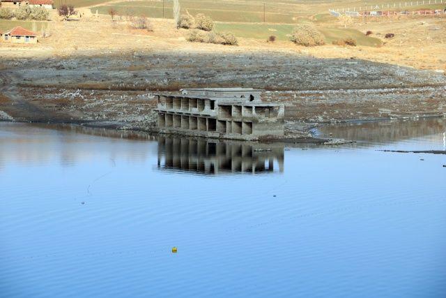 Kuraklık vurdu, 26 yıl sonra baraj altındaki köy gün yüzüne çıktı