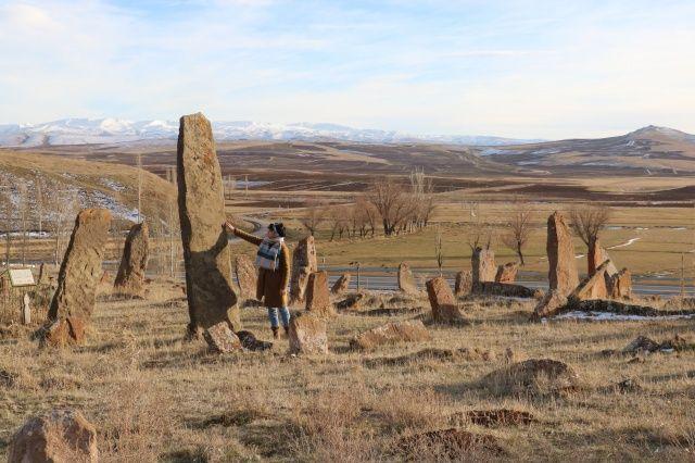 Uzunlukları insan boyunu aşıyor! Bu mezar taşlarını görenler şaşıp kalıyor