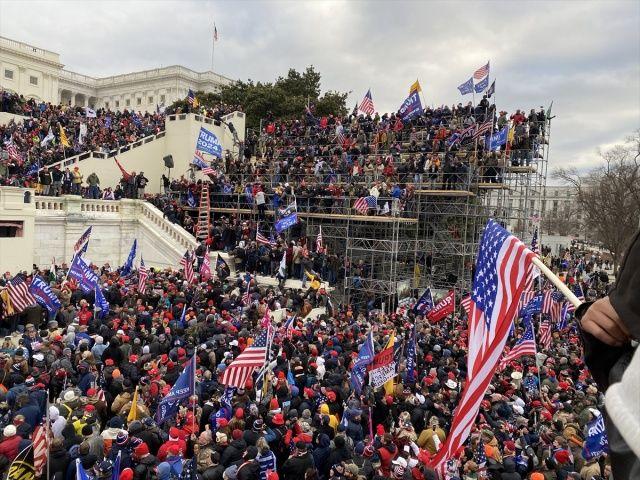 Washington DC'de hareketli gece! Trump destekçileri Kongre Binası'nı bastı