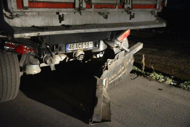 İşçi taşıyan minibüs TIR'a çarptı : 3 ölü, 9 yaralı
