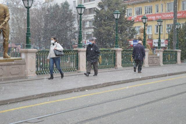 Lapa lapa kar yağdı, vatandaşlar şaşırdı!