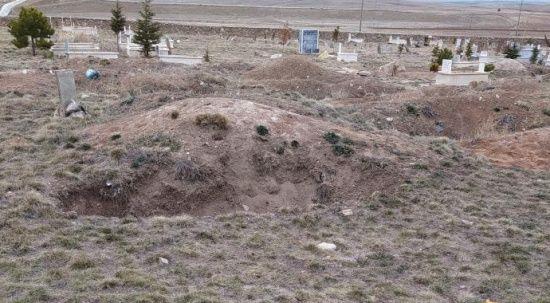 Mahalle mezarlığında ölü bulundu