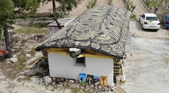 Çiftçilere kızdı, evini kaplumbağaya çevirdi