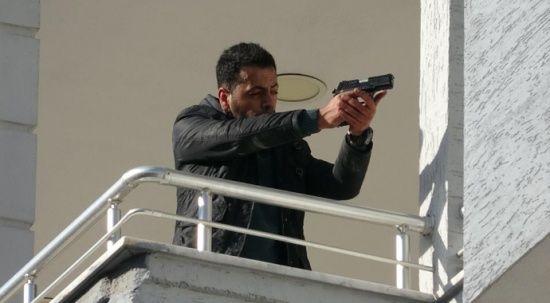 Karısını katledip eve kaçtı, balkona çıkıp silahıyla poz verdi
