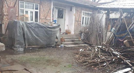 Köydeki muhtaç ailelerin evlerini bambaşka bir yere dönüştürdü