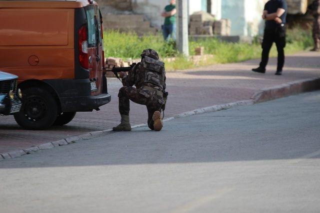 Kapısı koçbaşı ile kırıldı, gaz bombası kullanılarak yakalandı