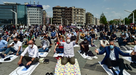 Taksim Camii'nde ilk namaz coşkusu