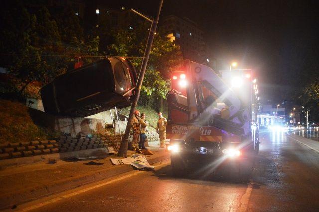Akılalmaz kaza! Araç, duvar ile direk arasında asılı kaldı