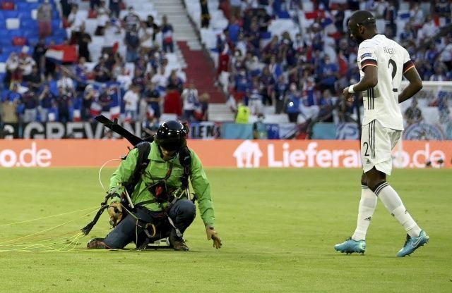 Fransa-Almanya maçında şoke eden olay!