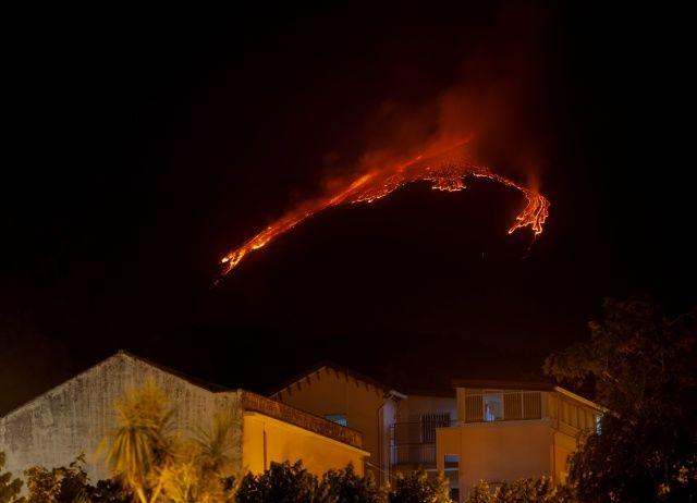 Etna yanardağı, bir kez daha lav ve kül püskürttü