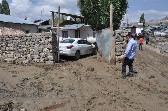 Sarıkamış'ta evler çamura battı! 33 ev kullanılamaz hale geldi