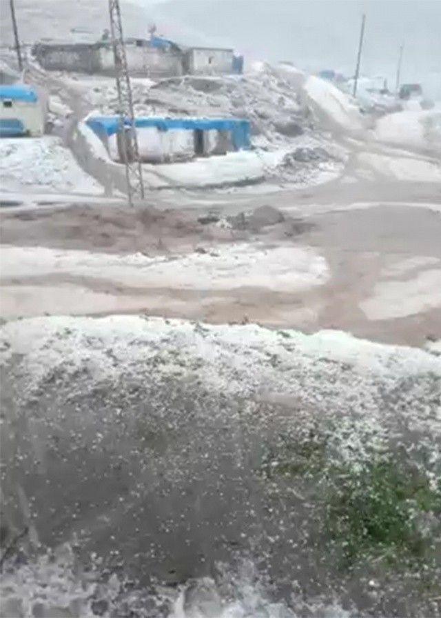 Dolu ve sel etkili oldu, dağlar beyaza büründü