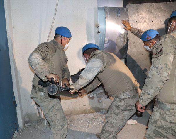 İzmir'de kumarhane baskını! Jandarma duvarı yıkıp girdi