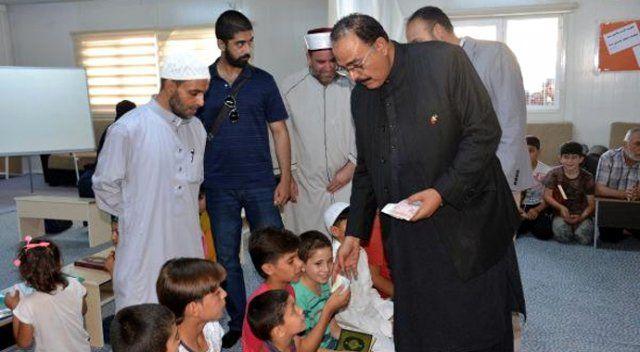 Pakistanlı senatör, Suriyeli çocuklara desteyle para dağıttı