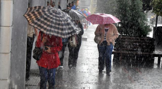 Peş peşe uyarı yapılmıştı! İstanbul'da beklenen yağmur başladı