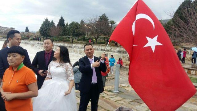 Çinli çiftler balayı için Pamukkale'de