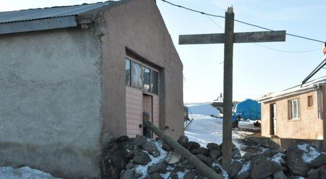 Kars'ta etkili olan fırtına vatandaşa zor anlar yaşattı