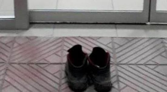Hastane kirlenmesin diye acil giriş kapısında ayakkabılarını çıkardı