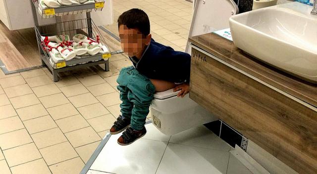 Mağaza içerisindeki satışa sunulan klozete tuvaletini yaparak test etti