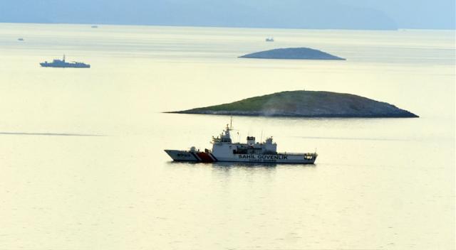 Türk savaş gemileri Kardak kayalıklarını kuşattı