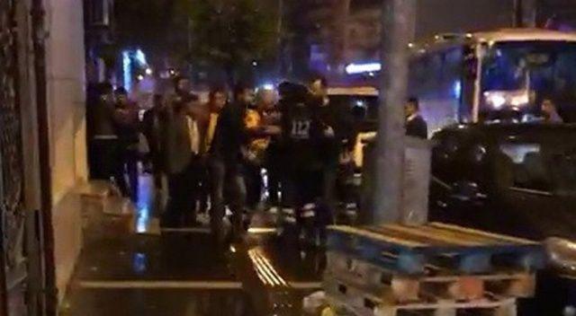 Vakaya giden ambulansın yolunu kesip ekibe saldırdı