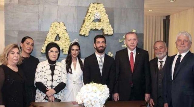 Cumhurbaşkanı Erdoğan, Aslıhan ve Arda çiftine çift bilezik taktı