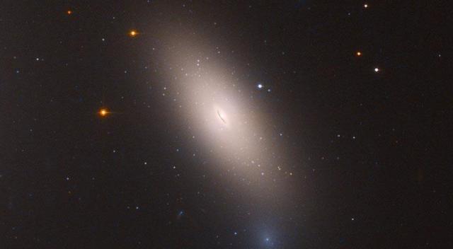 Hubble, Perse Takımyıldızı'ndaki 'kalıntı galaksi'yi görüntüledi