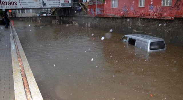 Aydın'da sel yolu çökertti, 4 kişi mahsur kaldı