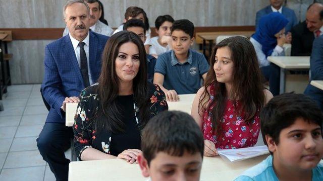 Bakan Sarıeroğlu, mezun olduğu okulda karne dağıttı